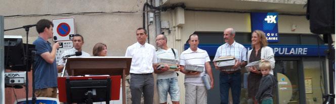 Remise des prix à Laissac - de gauche à droite : M. BERNIÉ (adasea.d'Oc) -  M. REMISE (Conseil départemental) - Mme PRESNE (Conseil départemental) - M. BERAL (Conseil régional) et 4 gagnants du concours : M. TRIADOU, M. VIDAL, M. FABRE et Mme JOULIÉ.