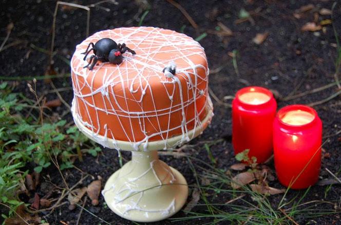 Halloween Spinnennetz-Torte