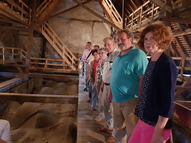 Mitglieder des Heimatvereins beim Besuch der evangelischen Peter-Paul-Kirche Senftenberg im Juni 2018