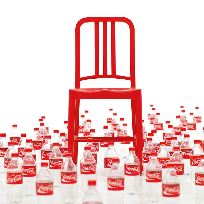 """Navy Chair made of 111 recycled plastic bottles aus der Ausstellung """"Fantastic Plastic"""" ©Emeco"""