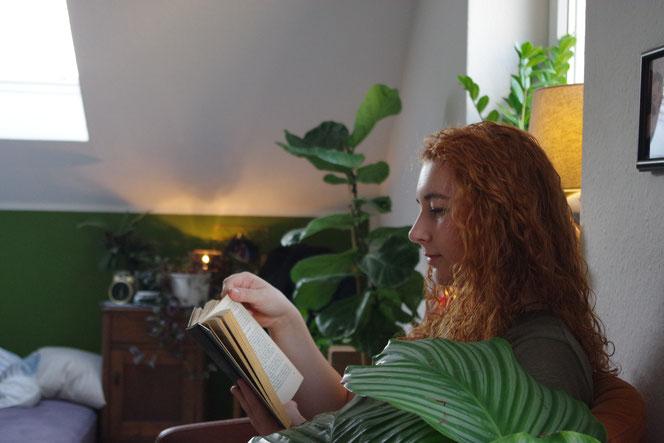 lesen Bücher Berufsberatung Berufsfindungsphase locken red head girl woman urban jungle