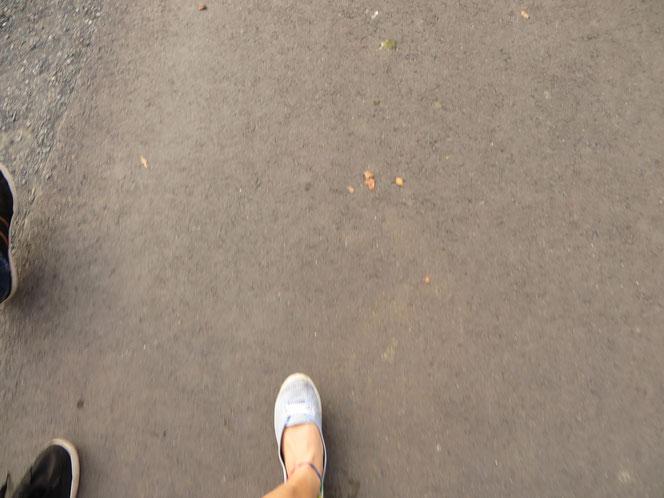 schuh schritte straße asphalt matsch schotter füße füsse fuß fuss sneaker sneakers ballerina weiß blau grau schwarz braun