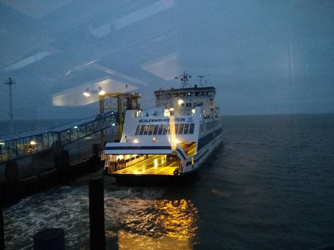 """Die """"MS Schleswig Holstein"""" hat mich gestern morgen zurückgebracht - aufgenommen aus dem Bistro """"Tor zu den Inseln"""""""