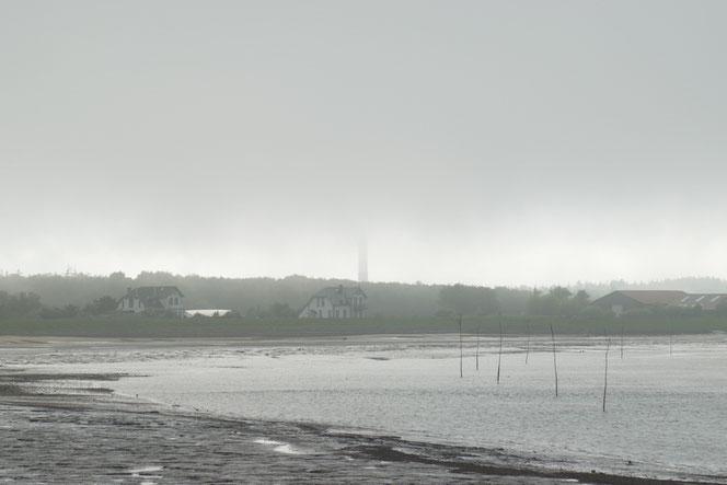Der Amrumer Leuchtturm in Nebel eingehüllt