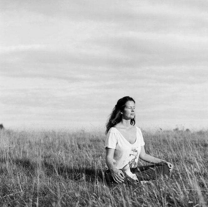 Yoga- und Meditationslehrerin Maria Toth lädt auf dem Mama Yoga Blog MOMazing dazu ein, Meditation schon vor der Schwangerschaft zu praktizieren.