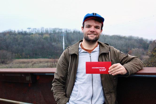 Challenge-Gewinner Marcel Haubold mit einem 180-€-Gutschein vom Sporteck am Eastgate. © Frank Nerlich