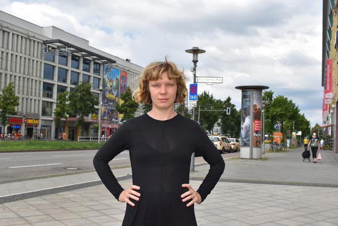 Trifft man derzeit fast täglich in Helle Mitte an: die Künstlerin Paulette Penje.