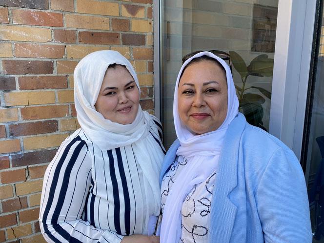 Fatemeh Jafari (r.) bei der Eröffnung des interkulturellen Frauentreffs Rosa