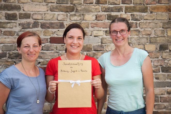 """Nächste Etappe geschafft: Stefanie Nosek, Cathérine Grote und Vivian Kammholz präsentieren stolz den ersten Konzeptentwurf für die """"Demokratische Schule Mahlsdorf""""."""