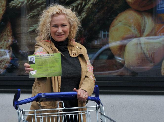 Große Klappe, noch größeres Herz: Kabarettistin Gabi Decker (64) hilft Seniorinnen und Senioren, die Grundsicherung beziehen. © pressefoto-uhlemann.de