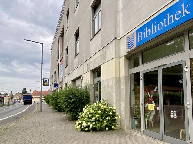 Die Stadtteilbibliothek Mahlsdorf befindet sich an der Ecke Hönower Straße/B1, also direkt an der Schnittstelle zwischen dem südlichen und nördlichen Siedlungsgebiet des Ortsteils
