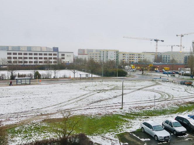 Auf dieser Freifläche an der Gothaer Straße, Ecke Alte Hellersdorfer Straße sollen vier Mehrfamilienhäuser gebaut werden. Gleich nebenan befindet sich das Sartre-Gymnasium.