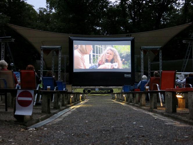 Die Parkbühne liegt total idyllisch im Schlosspark Biesdorf. Im Sommer ist fast jeden Abend Open-Air-Kino angesagt.
