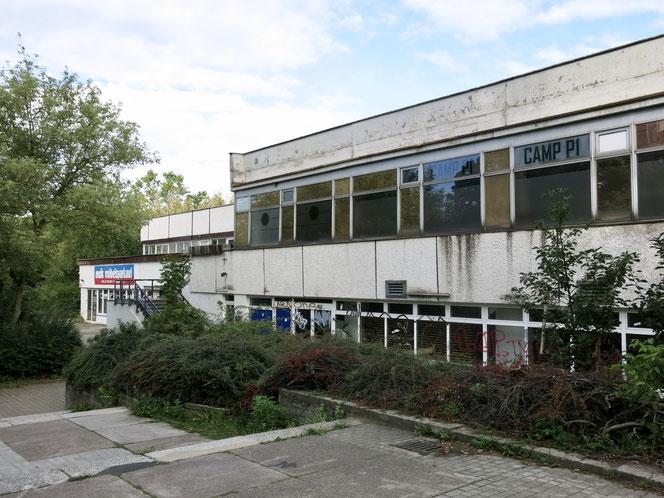 """Das Gebäude der einstigen Wohngebietsgaststätte """"Mecklenburg"""" ist ziemlich heruntergekommen."""