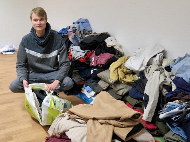 Von der Vielzahl an Spenden war am Dienstag nur noch ein Bruchteil übrig. Seit Wochen schon verteilt Laurenz Terl gemeinsam mit Unterstützerinnen und Unterstützern Kleidung, Lebensmittel und Hygieneartikel an Obdachlose.