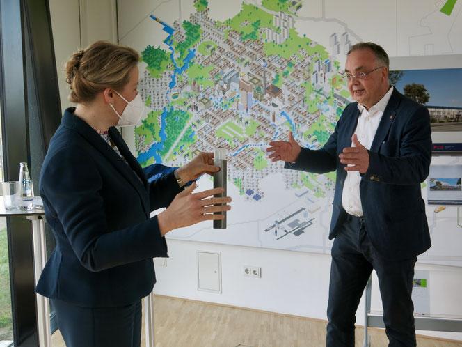 Franziska Giffey im Gespräch mit Investor Peter Urban bei ihrem Besuch im CleanTech Park.