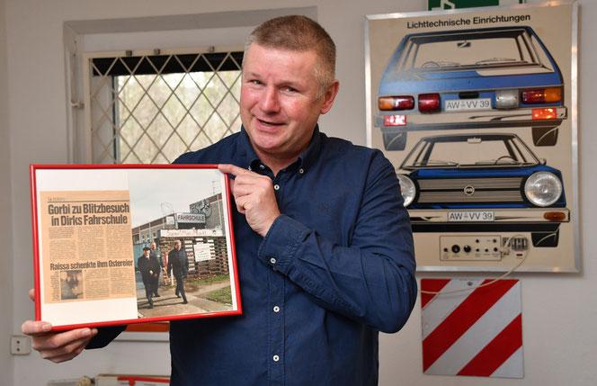 Als Erinnerung an die skurrile Episode hat Dirk Doberenz einen Zeitungsartikel und ein Foto vom Gorbi-Besuch eingerahmt. © pressefoto-uhlemann.de