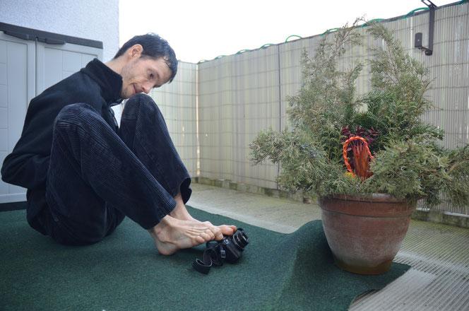 Auf dem Balkon der Wohnung seiner Eltern am Blumberger Damm demonstriert Sven Kocar, wie er mit dem Fotoapparat arbeitet.