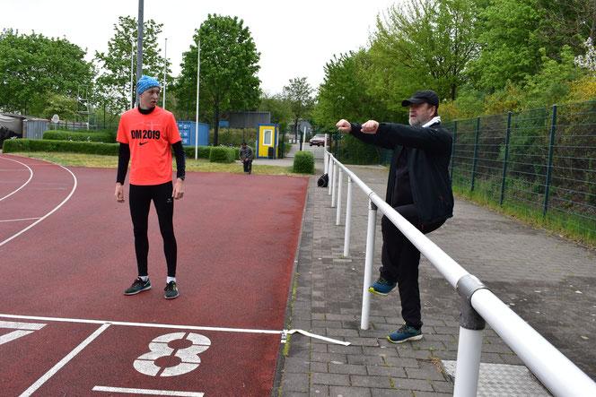 Coach Lutz Kramer vom ACB beim Einzeltraining mit Dreispringer Florian Bernert im Frühjahr.
