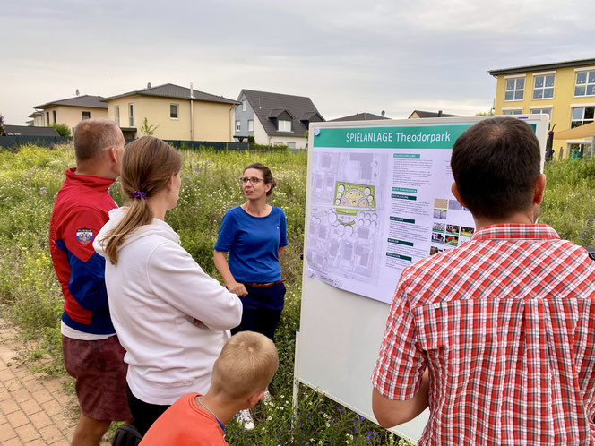 Stadträtin Nadja Zivkovic informiert mit dem Team des Straßen- und Grünflächenamts über den aktuellen Planungsstand.
