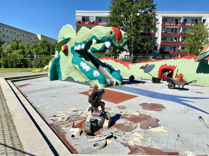 Die Spielplatz-Sanierung in der Zerbster Straße in Hellersdorf dauert hingegen noch ein paar Tage. In dieser Woche soll der Kunststoffbelag aufgetragen werden. Läuft alles nach Plan, könnte der beliebte Drache in 14 Tagen wieder Wasser speien.