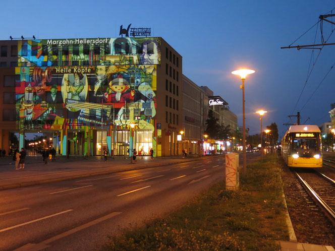 Die farbenfrohe Collage am Rathaus Helle Mitte ist eine Hommage an den Bezirk, an seine klugen Köpfe, hier gemachte Erfindungen und Errungenschaften.