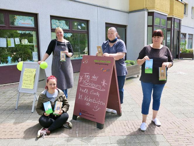 """Im vergangenen Jahr verteilte das Team des Eltern-Kind-Cafés """"KastanienNest"""" Vanille-Kekse und Bastelpakete."""