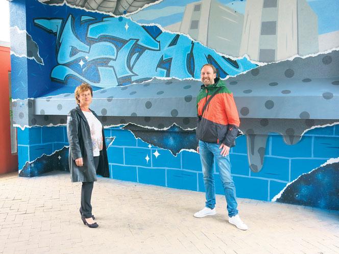 In der Hellersdorfer Straße 199 wurde Ende September der erste von 30 Durchgängen fertiggestellt. Sabine Laskowski und Jan Schmidt haben das Kunstwerk gemeinsam in Augenschein genommen.
