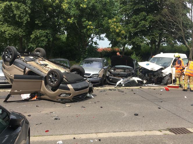 Mehrere geparkte Fahrzeuge wurden bei dem Crash zum Teil schwer beschädigt. © Dominik Totaro