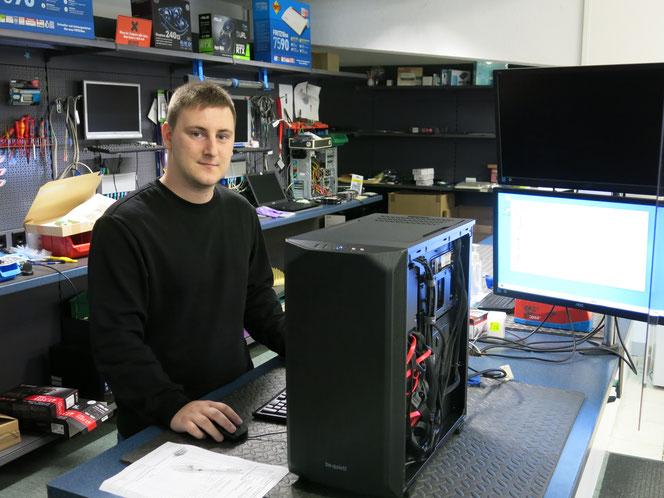 Dominik Wolff repariert Laptops, baut PCs und entwickelt Software-Lösungen