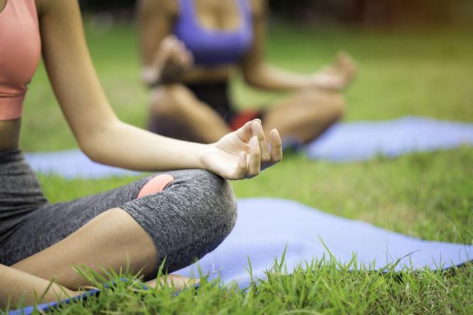 Wie wäre es mal mit Yoga im Kienbergpark oder einer Partie Boule in der Hellen Oase? © NaruFoto, Adobe Stock