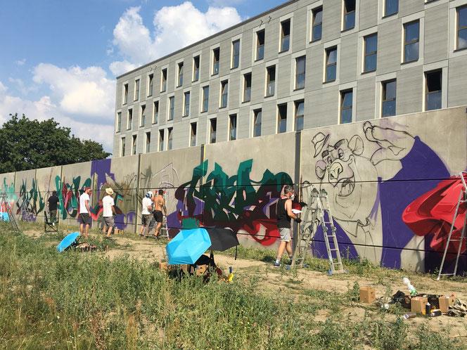 Über 600 Quadratmeter Beton werden vor der Flüchtlingsunterkunft verschönert. © 0815-Industries