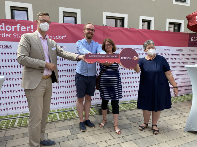 Gemeinsam mit Bezirksbürgermeistern Dagmar Pohle begrüßte Lars Holborn, Prokurist und Geschäftsbereichsleiter Immobilienbewirtschaftung bei der Gesobau, Familie Zieris in ihrem neuen Zuhause.