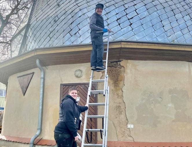 Dachdecker Jens Towara und seine Kollegin Melanie Kulicke stiegen dem Alpha II aufs Dach. © Spielplatzinitiatve Marzahn