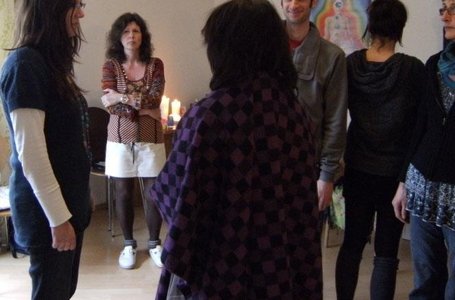 Szene aus einer Anliegenaufstellung nach Franz Ruppert. Die Klientin (ganz links) befragt ihre Stellvertreter. Die Therapeutin hält sich beobachtend im Hintergrund.