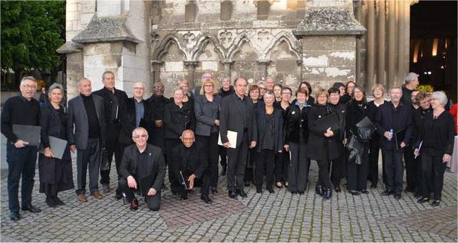 Le choeur Ars Viva devant la Collégiale Notre-Dame des Andelys (13 mai 2017)