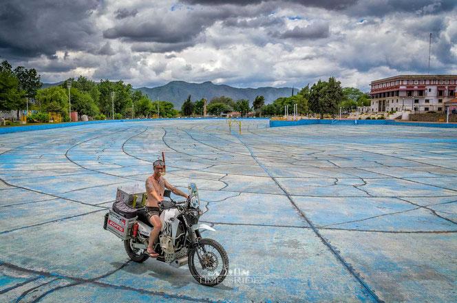Argentinien - Motorrad - Reise - Südamerika - Helle mit seinem Alperer im Pool von Salta.