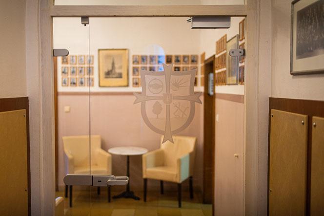 Blick durch die Eingangstür mit Wappen in´s Foyer des Teutonenhauses