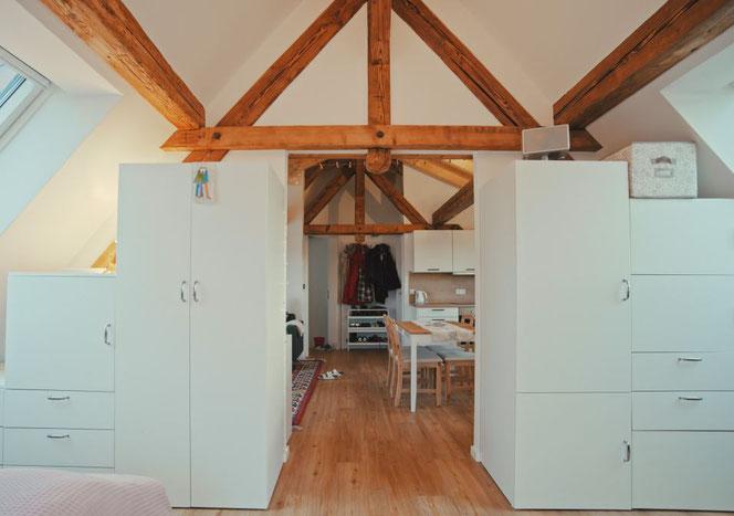 Durch die Schiebetür zwischen den beiden Räumen hat man ein weites Raumgefühl, man kann sich aber auch in den Schlaf- und Arbeitsraum zurückziehen