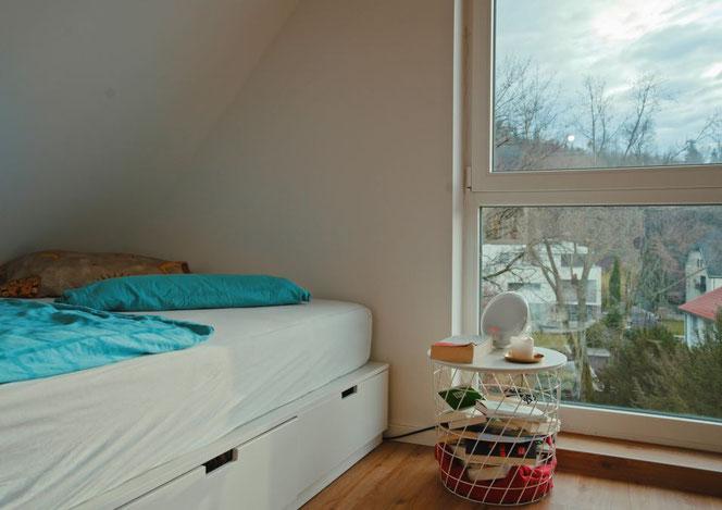 Auch vom Bett aus hat man einen herrlichen Blick in den Gartenpark des Teutonenhauses