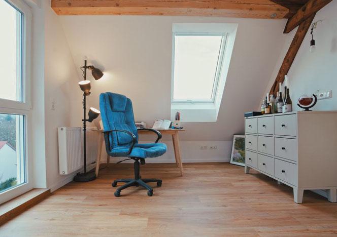Der Arbeitsplatz mit guter Belichtung durch Panorama-Fenster und Dachliegefenster