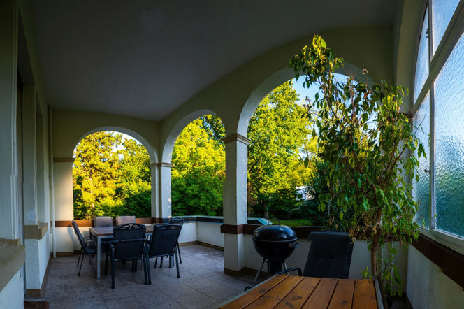 Die Terrasse unseres Verbindungshauses mit Gartenmöbeln und Grill