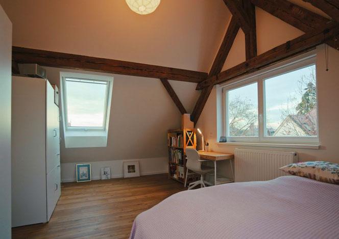 Das Zimmer hat eine gemütliche Ausstrahlung durch die sichtbare Dachkonstruktion