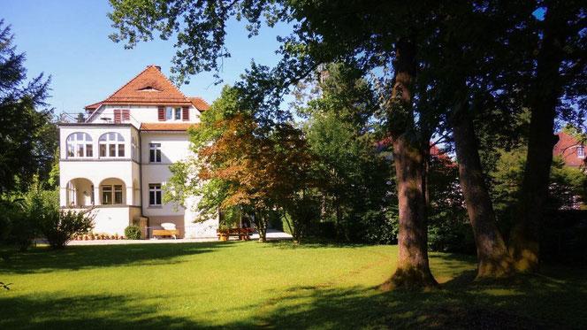 Die Gartenansicht des Teutonenhauses in Freiburg-Wiehre an einem sonnigen Tag