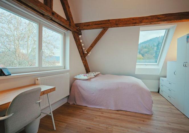 Der Schlaf und Arbeitsraum - tags lichtdurchflutet, für die Nacht Rollläden an den Dachliegefenstern und jetzt auch mit Vorhang am Fenster