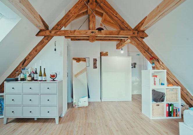 Das Zimmer ist nicht zuletzt durch das sichtbare Dachgebälk sehr gemütlich