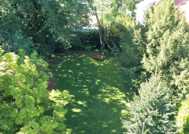 Vom Zimmer aus hat man einen herrlichen Blick in den Gartenpark des Teutonenhauses