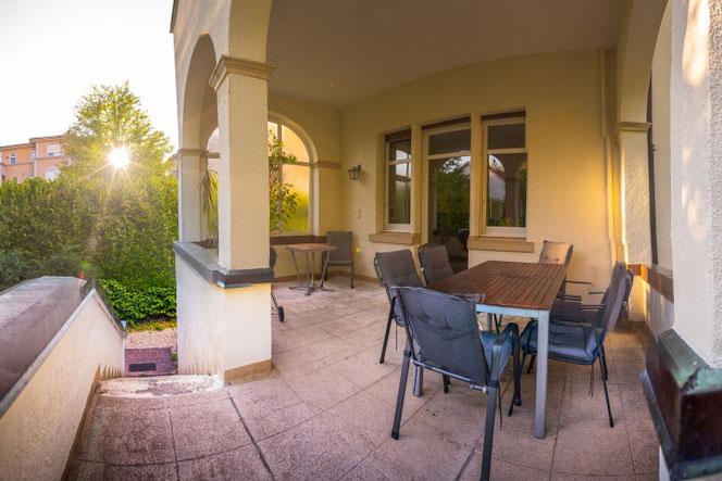 Die Gartenterrasse mit Blick auf den weitläufigen Garten des Teutonenhauses