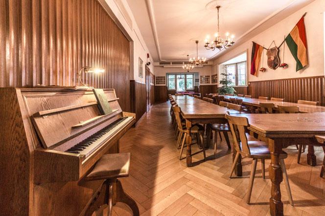 Unser Veranstaltungsraum verfügt auch über ein Klavier