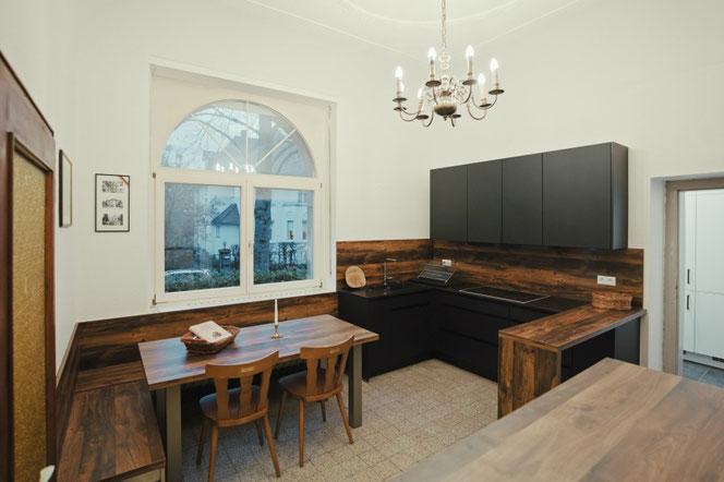 Die Küche mit großem Kochfeld und der gemütliche Essplatz am Fenster